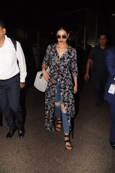 Proof That Deepika Padukone is The Boss Of Comfortably Chic Airport St – Lady India Casual Day Outfits, Celebrity Casual Outfits, Bollywood Girls, Bollywood Fashion, Deepika Padukone In Jeans, Dress Over Pants, Airport Style, Airport Look, Style Casual