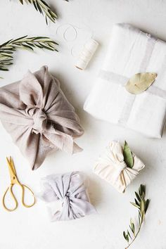 15 Eco-Friendly Gift Wrapping Ideas - Furoshiki method using cloth, linen or sca. 15 Eco-Friendly Gift Wrapping Ideas - Furoshiki method using cloth, linen or scarves for the perfect zero-waste and plas. Wrapping Ideas, Gift Wrapping Tutorial, Creative Gift Wrapping, Wrapping Gifts, Gift Wrapping Clothes, Japanese Gift Wrapping, Japanese Gifts, Gift Wrapping Techniques, Furoshiki Wrapping