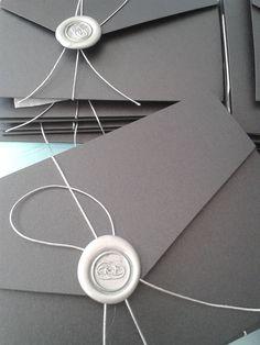 Invitación  con sobre tríptico, decorado con lacre y cordón plateado.