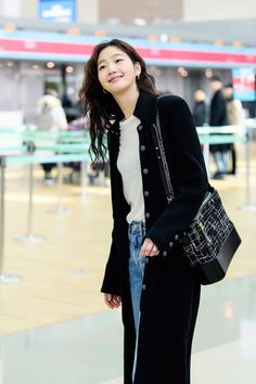 On January Korean actress Kim Go-eun was spotted at Incheon Airport on her way to Paris, France for Paris Fashion Week. Kim Go Eun Style, My Style, Japan Fashion, Paris Fashion, Kdrama Actors, Korean Actresses, Celebs, Celebrities, Korean Women
