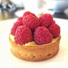 «Jacques genin - Paris  Fui experimentar o famoso mil folhas e não tinha !  Me contentei com essa ótima tarte de framboesa e os ótimos chocolates .…»