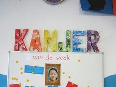 Letters beplakt met decopatch, elke week krijgt 1 leerling van de klas complimenten die worden gebundeld in een boekje.