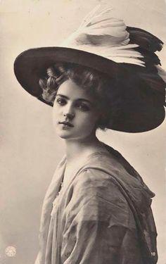 Девушка в шляпе, украшенной птицей. Конец XIX — начало XX века