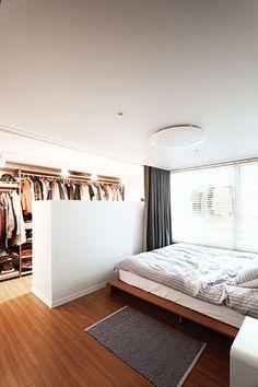 전문가가 전하는 리노베이션 노하우, 시공 전 알아야 할 상식 : SPECIAL : 이미지 크게보기 Attic Bedroom Designs, Master Bedroom Design, Home Decor Bedroom, Small Apartment Interior, Room Interior, Interior Design Living Room, Bachelor Room, Casa Milano, Comfy Bedroom