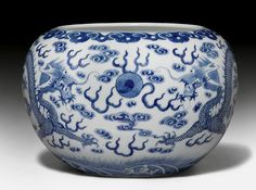 BLUE AND WHITE CACHEPOT PAINTED WITH DRAGONS.    China, 19th c. D. 23.5 cm.