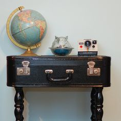 DIY vintage suitcase into a table to go with my DIY suitcase chair! Furniture Projects, Diy Furniture, Homemade Furniture, Vintage Furniture, Deco Dyi, Vintage Suitcase Table, Suitcase Decor, Vintage Picnic, Old Luggage
