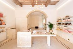 Bastide's Flagship Store in Aix en Provence Beauty Salon Decor, Beauty Salon Interior, Schönheitssalon Design, Cafe Design, Spa Store, Spa Interior Design, Boutique Decor, Design Apartment, Retail Store Design