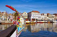 """Aveiro. A cidade de Aveiro é conhecida como a """"Veneza Portuguesa"""", com os seus coloridos moliceiros semelhantes a gôndolas, com lagoas naturais e a sua bonita ria. Conheça esta maravilhosa cidade do centro de Portugal no nosso tour - http://portugalrotasetours.com/pt/tour/tour-aveiro-coimbra."""