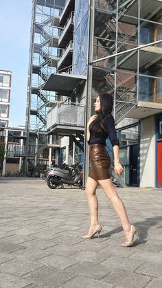 Brown leather skirt combined with snake pumps