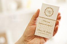 """Envelope plástico com um lencinho """"lágrimas de alegria"""" e uma tag de personalização."""