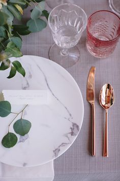 An organic rose gold wedding inspiration shoot in Texas at The Houston Rental Studio. Copper Wedding, Gold Wedding, Wedding Table, Rose Gold Silverware, Gold Flatware, Copper And Marble, Marble Plates, Organic Roses, Decoration Originale