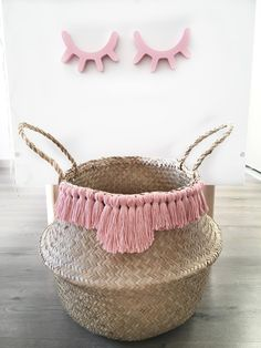 In this DIY tutorial, we will show you how to make Christmas decorations for your home. The video consists of 23 Christmas craft ideas. Boho Diy, Boho Decor, Beach Basket, Ramadan Gifts, Creation Deco, Basket Bag, Basket Weaving, Decoration, Diy Home Decor
