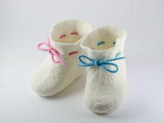 Huopatossut on valmisttetu neulahuovasta ja lestinä kenkälesti koko 18/19.
