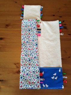 Nodig:  - badstof van 75x52 cm - stof achterkant 75x52 cm - stuk stof voor de zakken 19x52 cm (voor luiers en doekjes) - verder heb i...