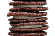 homemade oreo cookies (link to a gluten-free recipe, too), via smitten kitchen! Oreo Dessert, Cookie Desserts, Just Desserts, Cookie Recipes, Delicious Desserts, Dessert Recipes, Yummy Food, Pink Desserts, Pudding Recipes