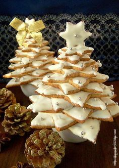 Lillaya - Пряничные ёлки. Итак, на две елки нам потребуется: 2 стакана муки 1 щепотка соли 1 ч л разрыхлителя 100 г размягченного сливочного масла 100 г сахарной пудры 2 1/2 ст ложки теплого меда 2 яичных желтка по 1/2 ч л молотого имбиря, корицы, моего любимого кардамона, мускатного ореха и аниса (букет пряностей можно составлять по своему вкусу)