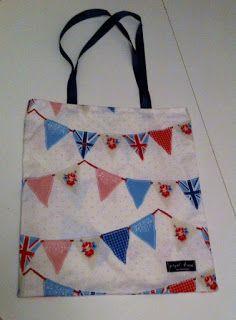 lacivert saplı üçgen flama bayrak desenli çanta