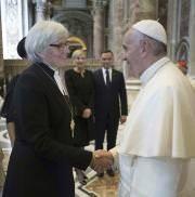 Der Papst empfängt die lutherische Erzbischöfin Antje Jackelen von der schwedischen Kirche im Vatikan. (Bild: L'Osservatore Romano/ AP / Keystone)