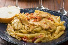 Όσοι έχουν αδυναμία στα ζυμαρικά, αυτή τη συνταγή θα την αγαπήσουν. Το κουκουνάρι, η λιαστή ντομάτα και το εστραγκόν κάνουν αυτό το πιάτο ξεχωριστό.