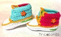 Zapatitos deportivas crochet  Tenis de ganchillo multicolor con botón estrella.