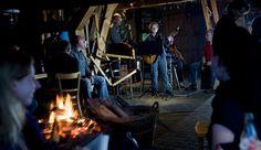 Live muziek met zang, gitaar en bas in de gemeenschappelijke ruimte met open haard vuur; gezelligheid voor de hele familie (Foto: Lars Horn) Camping, Concert, Campsite, Concerts, Campers, Tent Camping, Rv Camping