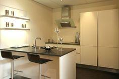 Een nieuwe eiland keuken? Bekijk voorbeelden van een eiland keukens op onze website of bekijk eiland keukenopstellingen in onze showroom.