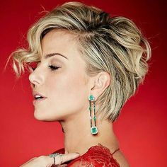How to style a long pixie for formal events. Side part short haircut with long earrings. Fashion at night. How to get hairdressed when you have short hair and you need a new look for a night out.