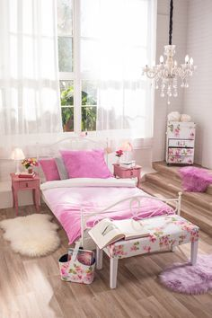 Schlafzimmer Für Mädchen Mit Kronleuchter Und Rosa Bettwäsche, Geschaffen  Für Prinzessinen