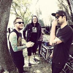 Via Zach: flashbackfriday @dillyduzit @therealcharliescene discussing world views #Hollywoodundead #shinedown #zachmyers