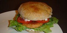 En herlig opskrift på burger med hjemmebagte brød, laks og guacamole til. Se hvordan du laver det hele her.