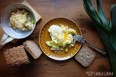 It is a wonderful and simple, two-component breakfast offer. Delicate and sweet taste of browned leek gives a unique character to fried eggs. Anyone who has not tried such a version of scrambled eggs should make up for it quickly.