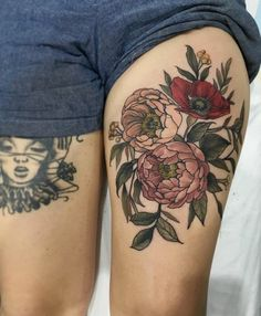 fleur tatouage, bouquet de deux pivoines et un coquelicot tatoué sur une jambe femme