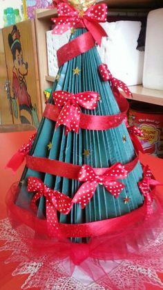 Albero di Natale con riciclo di libricni