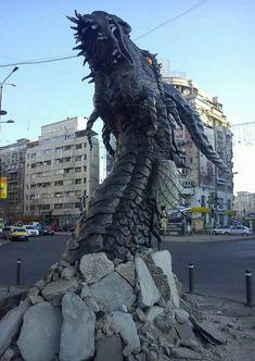 """Un drago nel cuore di #Bucarest: è l'installazione per promuovere """"#TheHobbit: The Desolation of Smaug"""". (via copyranter)"""