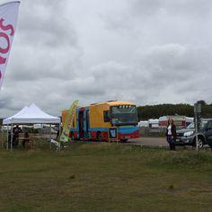 Kungsbackas stora bokbuss på strandutflykt. Kungsbacka´s largest mobile library