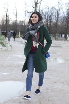 this scarf knotted, and green coat is nice style Liu Wen, Look Fashion, Winter Fashion, Womens Fashion, Streetstyle 2016, Modell Street-style, Mantel Outfit, Mode Mantel, Winter Stil