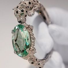 Cartier, panther bracelet with green beryl mint ❤︎† beautiful jewelry Trendy Jewelry Cartier Jewelry, Antique Jewelry, Gold Jewelry, Jewelry Box, Jewelry Accessories, Vintage Jewelry, Fine Jewelry, Jewelry Design, Cartier Bracelet