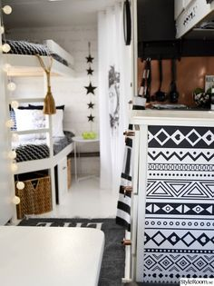 Här bor vi under semestern. Caravan Makeover, Caravan Renovation, Rv Makeover, Caravan Home, Tiny Camper, Rose Gold Decor, Gypsy Living, Tiny House Nation, Compact Living