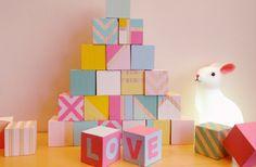 Nous nous sommes amusées avec ce DIY cubes en bois peints d'éveil à empiler pour décorer la chambre de bébé. Tutoriel DIY