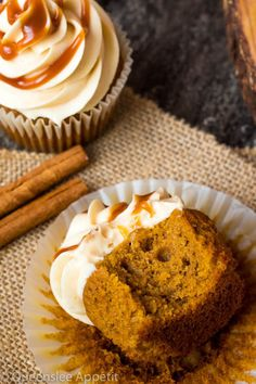 Pumpkin Cupcakes with Salted Caramel Cream Cheese Frosting ~ Recipe Xmas Food, Christmas Desserts, Fun Desserts, Frosting Recipes, Cupcake Recipes, Dessert Recipes, Diet Recipes, Pumpkin Cupcakes, Pumpkin Dessert