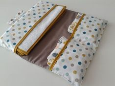 Diaper pouch with washable wipes and cotton changing pad in cotton style Couture 2015, Baby Couture, Couture Sewing, Baby Sewing Projects, Changing Mat, Creation Couture, Baby Decor, Cotton Style, Diaper Bag
