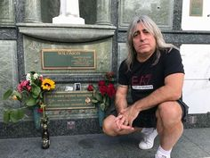 Mikkey Dee saying hi to Lemmy Heavy Rock, Heavy Metal, Great Bands, Cool Bands, Mikkey Dee, Musician Quotes, Metal Horns, Marvin, Famous Graves