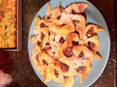 Mince Pie Stars - Lorraine Pascale Recipe No Bake Treats, Yummy Treats, Sweet Treats, Fun Recipes, Chef Recipes, All Things Christmas, Christmas Time, Mince Pies, Yule