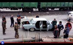 Un autobus tra due sportelli ed altri casi di super-trasporto umano Video come questi. Scene che ti aprono la mente, gli occhi, il portafogli. Alla ricerca di un concessionario d'importazione delle rustiche automobili GAZ Volga che purtroppo, qui da noi, risulta asse #trasporti #strano #divertente #russia