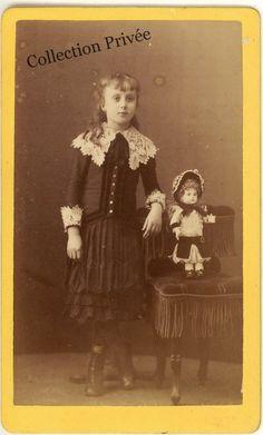 jouets d'enfants, jeux de photographes : Portrait d'une fillette posant avec une poupée Pho...
