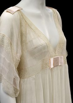 Lucile - 1913 - Lucile Ltd., Lady Duff Gordon - Silk georgette and chiffon, trimmed with machine lace insertion nightdress - Victoria and Albert Museum Collection, London Jeanne Lanvin, Edwardian Fashion, Vintage Fashion, Vintage Outfits, Tea Gown, Vintage Mode, Bustiers, Vintage Lingerie, Madame