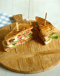 Sandwich - - -Club Sandwich - - - A simple Ham and cheese club sandwiches recipe for you to cook a great meal for family or friends. Buy the ingredients for our. High Tea Sandwiches, Delicious Sandwiches, I Love Food, Good Food, Yummy Food, Recetas Salvadorenas, Paninis, Happy Foods, Lunch Snacks