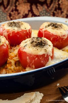 Tomaten gevuld met kaas en ei - Makkelijk en voedzaam gerecht uit Irak. Staat zo op tafel! Meatless Monday, Caprese Salad, Lunches, Tapas, Chicken, Vegetables, Food, Drinks, Turmeric