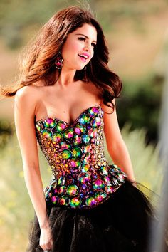 Selena Gomez wearing a beautiful and unique jewelled corset. celebrities in corsets Selena Gomez Fashion, Selena Gomez Fotos, Selena Gomez Pictures, Selena Gomez Style, Selena Selena, Pretty Dresses, Beautiful Dresses, Amazing Dresses, Mode Glamour