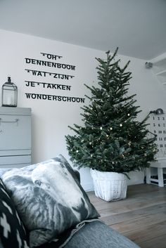 Christmas tree, and I want this pillow! Christmas Feeling, Noel Christmas, Rustic Christmas, Simple Christmas, Winter Christmas, Scandinavian Christmas, Xmas Decorations, Christmas Inspiration, Lightbox